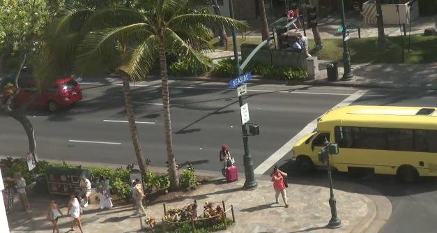ハワイ ワイキキ・ショッピング・プラザ前の道路ライブカメラ