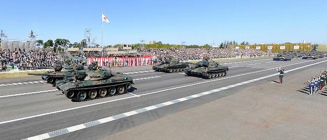 戦車など約240両が行進 自衛隊観閲式の360度パノラマカメラ